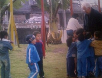 Padre Carollo con los niños de la comunidad