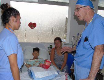 Dr. Marc Moreau confirma con los padres de Iván si tienen dudas acerca de su recuperación antes de salir con el alta.