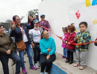Varios niños del Centro de Desarrollo Infantil Quito Sur de Tierra Nueva ayudaron a la Ministra Berenice Cordero a cortar la cinta inaugural de la minga.